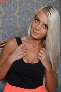 blonde-caitlin-feet-karups-pc-1-3